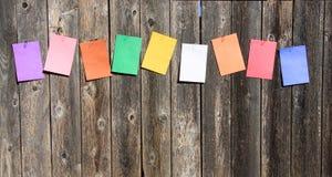 Gekleurd document op het hout Stock Afbeeldingen