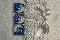 Gekleurd gel voor was in capsules op de close-up van badstofhanddoeken stock fotografie