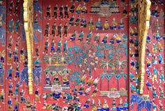 Gekleurd glasmozaïek bij een Boeddhistisch Complex in Luang Prabang stock foto