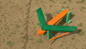 Gekleurd houten kinderen` s vliegtuig op de speelplaats HD stock videobeelden