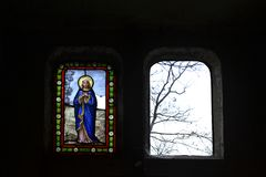Gekleurd kerkgebrandschilderd glas die moeder van God afschilderen royalty-vrije stock afbeeldingen