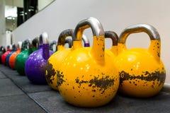 Gekleurd kettlebels op een rubbermat Royalty-vrije Stock Afbeelding