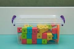 Gekleurd kubus houten stuk speelgoed Het inpassen van kubieke parels dat er vorm is royalty-vrije stock fotografie