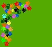 Gekleurd pawprints op groene achtergrond royalty-vrije illustratie