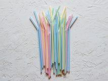 Gekleurd plastic het drinken stro op een witte lijst stock afbeeldingen