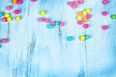 Gekleurd suikergoed in de houten lijst Stock Afbeelding