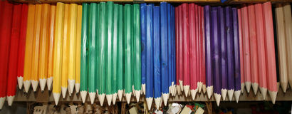 Gekleurd trekkend potloden in een verscheidenheid van kleuren Royalty-vrije Stock Foto's