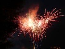 Gekleurd vuurwerk bij donkere nacht Stock Foto's
