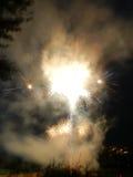 Gekleurd vuurwerk bij donkere nacht Royalty-vrije Stock Foto's