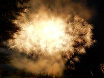Gekleurd vuurwerk bij donkere nacht Stock Foto