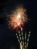 Gekleurd vuurwerk bij donkere nacht Stock Fotografie