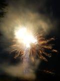 Gekleurd vuurwerk bij donkere nacht Royalty-vrije Stock Foto