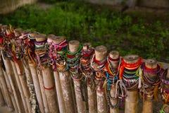 Gekleurde armbanden gewijd aan de slachtoffers van de dodende gebieden van Choeung Ek Stock Afbeelding
