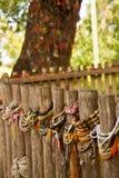 Gekleurde armbanden gewijd aan de slachtoffers van de dodende gebieden van Choeung Ek Stock Afbeeldingen