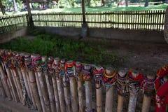 Gekleurde armbanden gewijd aan de slachtoffers van de dodende gebieden van Choeung Ek Stock Fotografie
