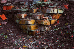 Gekleurde bakstenen van een geruïneerde muur stock fotografie