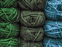 Gekleurde ballen van garen De achtergrondkleur van strengen van garen Stock Foto