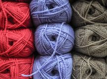 Gekleurde ballen van garen De achtergrondkleur van strengen van garen Royalty-vrije Stock Foto