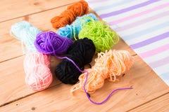 Gekleurde ballen van garen De Kleuren van de regenboog Stock Foto