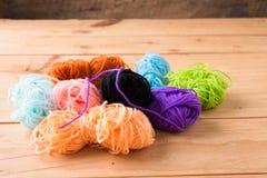 Gekleurde ballen van garen De Kleuren van de regenboog Royalty-vrije Stock Foto