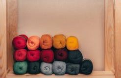 Gekleurde ballen van garen De Kleuren van de regenboog Alle kleuren Garen voor het breien Strengen van garen De draden worden op  royalty-vrije stock afbeeldingen
