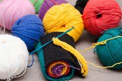 Gekleurde ballen van garen De Kleuren van de regenboog Alle kleuren Garen voor het breien Stock Foto's