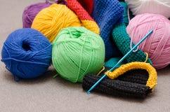 Gekleurde ballen van garen De Kleuren van de regenboog Alle kleuren Garen voor het breien Stock Afbeeldingen