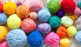 Gekleurde ballen van garen Mening van hierboven De Kleuren van de regenboog Al colo Royalty-vrije Stock Foto's