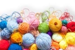 Gekleurde ballen van garen Mening van hierboven De Kleuren van de regenboog Al colo Stock Afbeelding