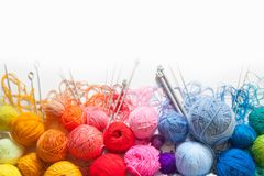 Gekleurde ballen van garen Mening van hierboven De Kleuren van de regenboog Al colo Stock Foto