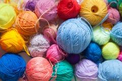 Gekleurde ballen van garen Mening van hierboven De Kleuren van de regenboog Al colo Royalty-vrije Stock Foto