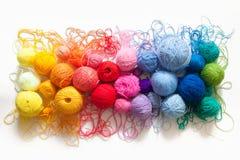 Gekleurde ballen van garen Mening van hierboven De Kleuren van de regenboog Al colo Royalty-vrije Stock Fotografie