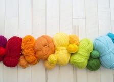 Gekleurde ballen van garen Mening van hierboven De Kleuren van de regenboog Alle kleuren royalty-vrije stock afbeeldingen
