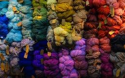 Gekleurde ballen van garen Mening van hierboven De Kleuren van de regenboog Alle kleuren Garen voor het breien Strengen van garen stock afbeelding