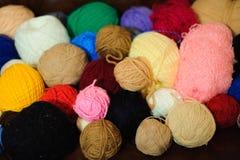 Gekleurde ballen van garen Mening van hierboven De Kleuren van de regenboog Alle kleuren Garen voor het breien Strengen van garen royalty-vrije stock fotografie