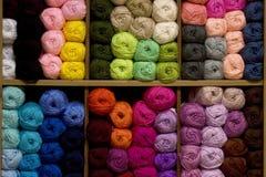 Gekleurde ballen van garen op plank. Stock Foto's
