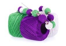 Gekleurde ballen van katoenen garen met gebreide halsband stock fotografie