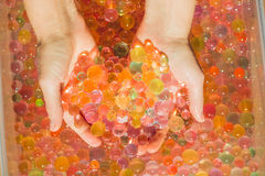 Gekleurde ballen van waterparels, hydrogel binnen in handen Sensorische expe royalty-vrije stock foto's