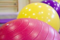 Gekleurde ballen voor pilates royalty-vrije stock afbeeldingen