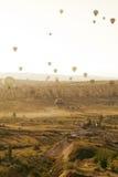 Gekleurde ballons in de hemel over unieke toneelrotsen van Cappadocia stock foto
