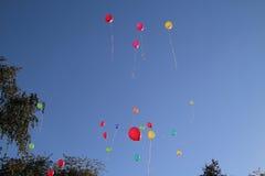 Gekleurde ballons in de hemel voor een achtergrond, vliegende ballons Stock Foto's