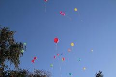 Gekleurde ballons in de hemel voor een achtergrond, vliegende ballons Royalty-vrije Stock Fotografie