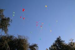 Gekleurde ballons in de hemel voor een achtergrond, vliegende ballons Stock Foto