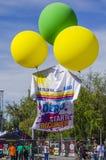 Gekleurde ballons die reuzet-shirt opheffen Royalty-vrije Stock Foto