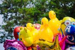 Gekleurde ballons met beroemde beeldverhaalkarakters van Walt Disney Brasov, Roemenië stock foto