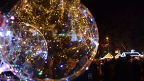 Gekleurde ballons op de achtergrond van een Kerstboom i stock videobeelden