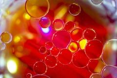 Gekleurde Bellen op Waterspiegel: Druppeltjes Stock Foto's