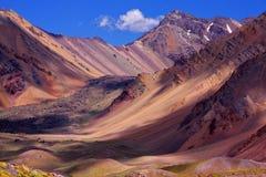 Gekleurde bergen op de manier aan de top van Aconcagua Royalty-vrije Stock Foto's