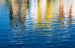 Gekleurde bezinningen in water Royalty-vrije Stock Fotografie
