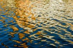 Gekleurde bezinningen in water Royalty-vrije Stock Foto's